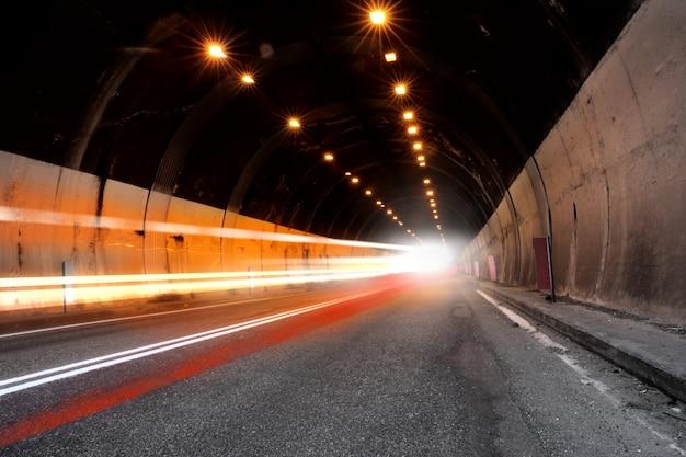 Tunel Ze światłem Premium Zdjęcia
