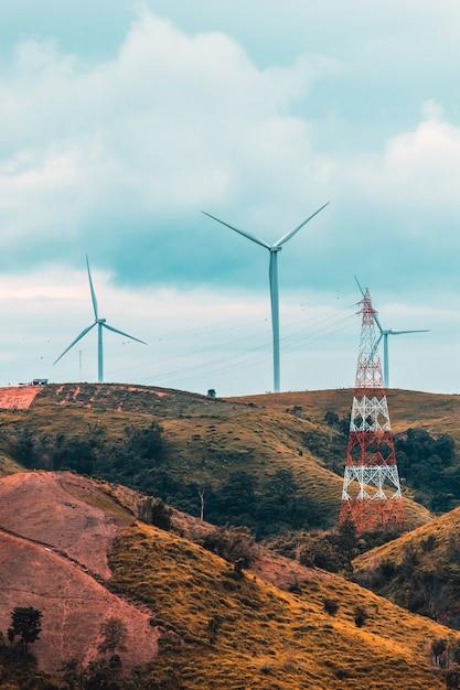 Turbiny Wiatrowe W Słoneczny Poranek Premium Zdjęcia