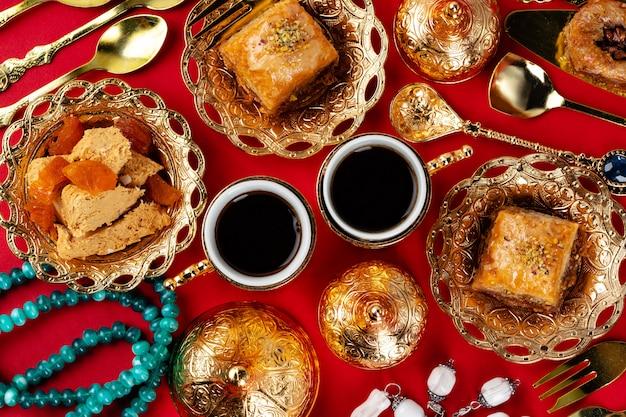 Turecka Herbata Z Orientalnymi Deserami Na Stole Premium Zdjęcia