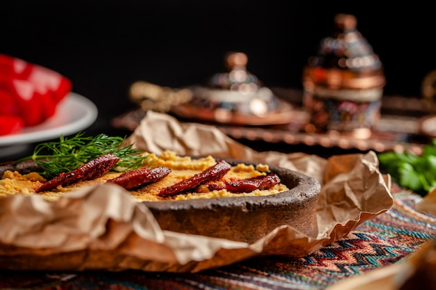 Turecki hummus z kiełbasą salami. Premium Zdjęcia