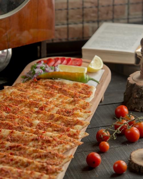 Turecki Lahmacun W Lawaszu Z Plasterkiem Pomidora I Cytryny. Darmowe Zdjęcia
