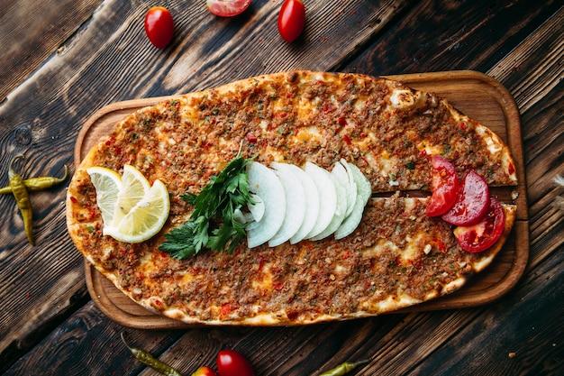Turecki Lahmajun Do Pizzy Z Mięsem Mielonym Na Cienkiej Skórce Premium Zdjęcia