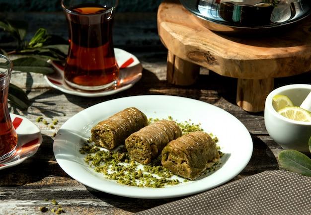 Tureckie Ciasto Bakhlava Z Cienkimi Warstwami Wypełnione Pistacjami Darmowe Zdjęcia