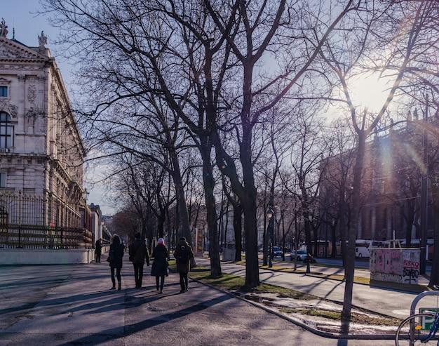 Turyści idą chodnikiem Premium Zdjęcia