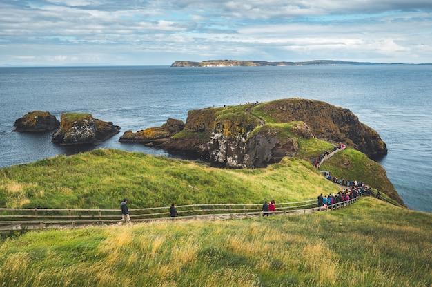 Turyści Na Drewnianej ścieżce. Irlandia Północna. Premium Zdjęcia