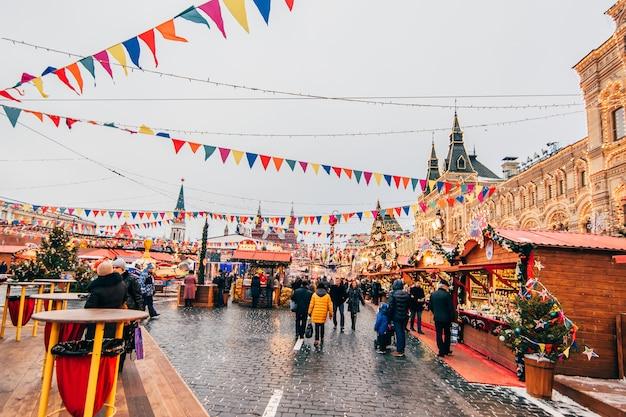 Turyści na placu czerwonym w moskwie w przeddzień nowego roku Premium Zdjęcia