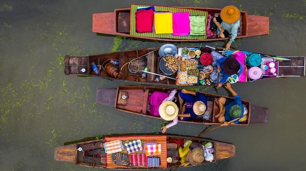 Turyści Odwiedzający łodzią Premium Zdjęcia