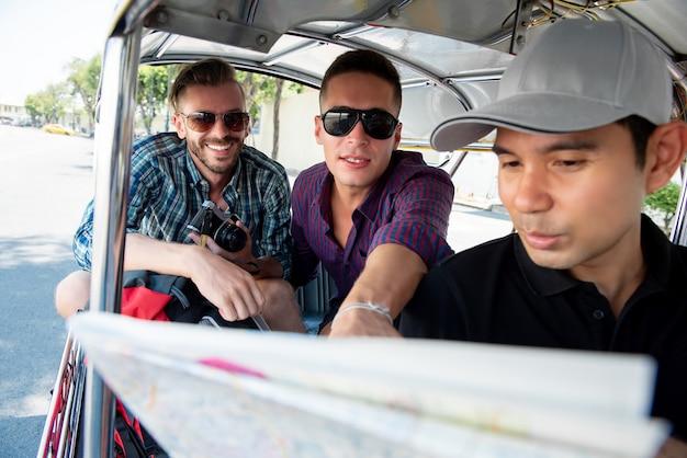 Turyści Podróżuje Lokalnym Tuk Tuk Taxi W Bangkok Tajlandia Premium Zdjęcia