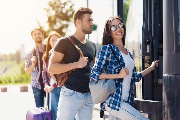 Turyści wybierają wygodny autobus turystyczny. Premium Zdjęcia