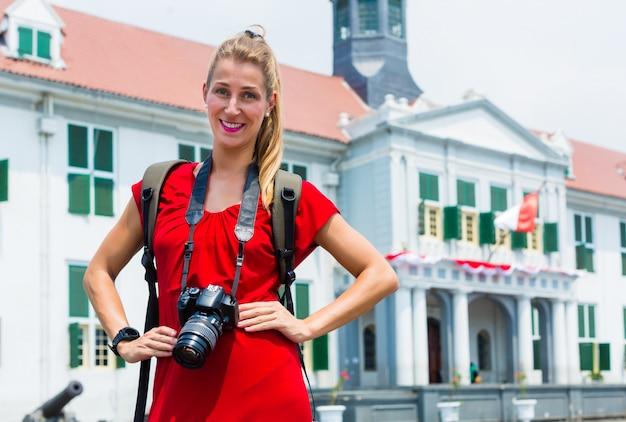 Turysta bierze obrazki zwiedza w dżakarta, indonezja Premium Zdjęcia