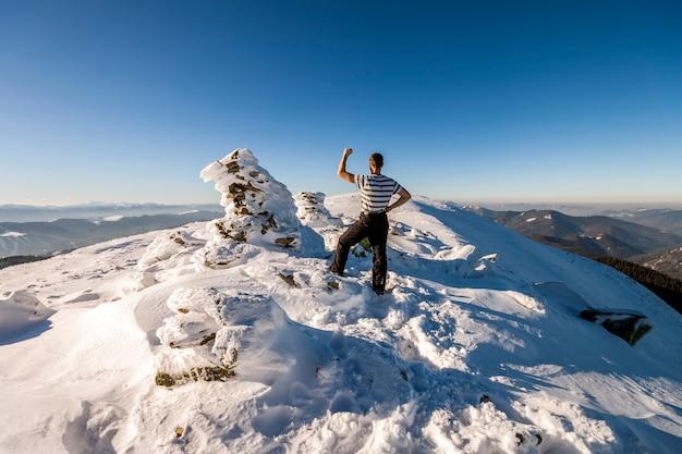 Turysta Mężczyzna Na Szczycie Góry W Zimie Premium Zdjęcia