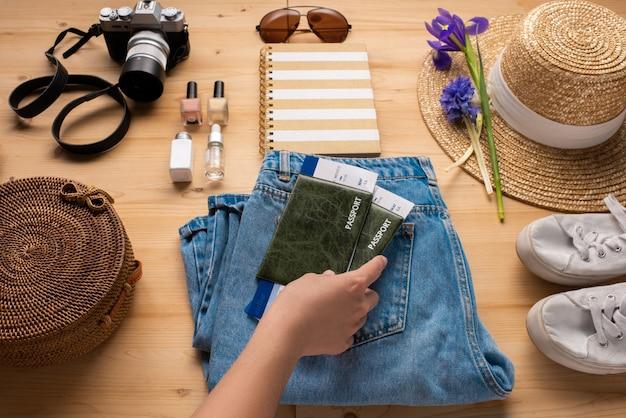 Turysta Przygotowujący Paszporty Z Biletami Na Wyjazd Podczas Pakowania Rzeczy Premium Zdjęcia