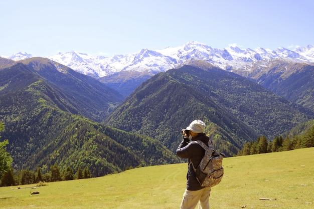 Turysta Robienia Niesamowitych Zdjęć Ośnieżonych Gór Kaukazu W Mestii W Stanie Georgia Premium Zdjęcia