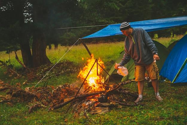 Turysta rozpala ogień. Premium Zdjęcia