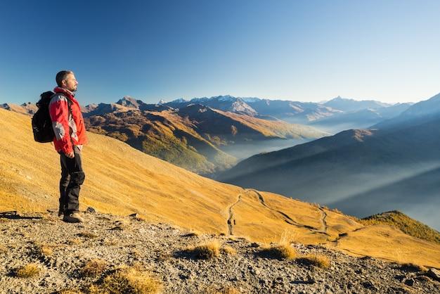 Turysta Spoczywa Na Szczycie Góry Premium Zdjęcia