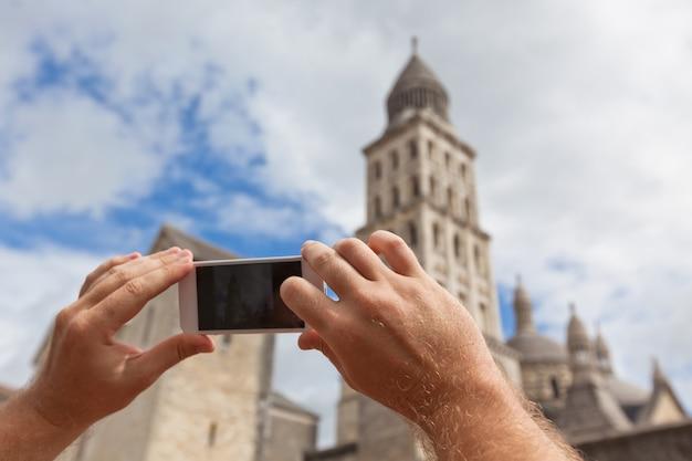 Turysta Trzymając Się Za Ręce Inteligentny Telefon Podczas Robienia Zdjęcia Perigueux We Francji Premium Zdjęcia