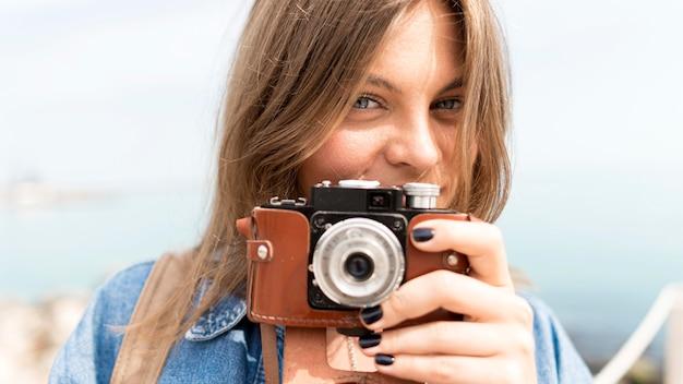 Turysta Z Bliska Fotografuje Darmowe Zdjęcia