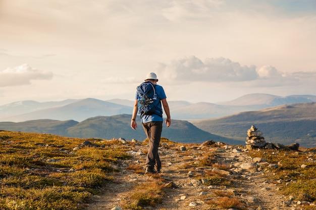 Turysta Z Plecakiem Podróżujący Po Górach Norwegii Dovre Premium Zdjęcia