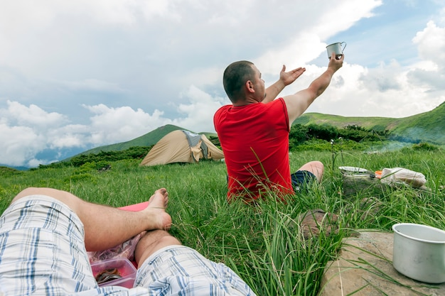 Turystów Camping W Górach. Namiot W Górach. Premium Zdjęcia