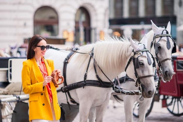 Turystyczna dziewczyna cieszy się jej europejskiego wakacje w wiedeń Premium Zdjęcia
