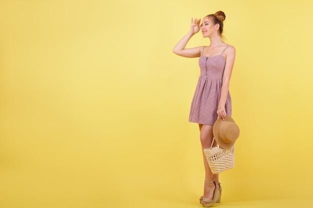 Turystyczna Dziewczyna Patrzy W Dal Na żółtej Przestrzeni Premium Zdjęcia