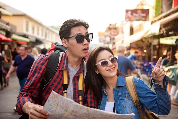 Turystyczna Para Używa Mapę Podczas Gdy Podróżujący W Khao San Drogowy Bangkok Tajlandia Premium Zdjęcia