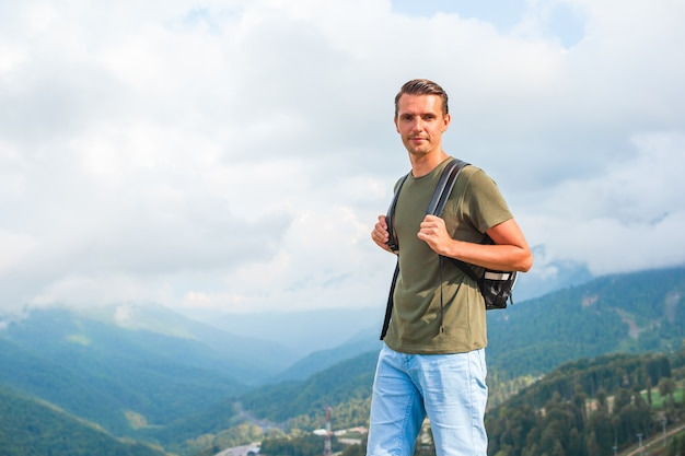 Turystyczny mężczyzna w górach w scenie mgła Premium Zdjęcia