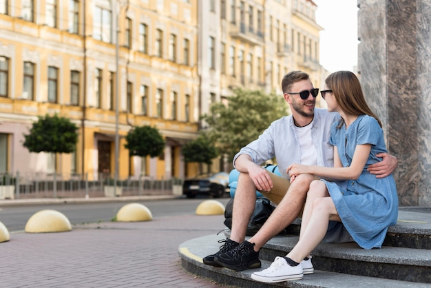 Turystyczny Para Pozowanie Obejmuje Kroki Na Zewnątrz Darmowe Zdjęcia