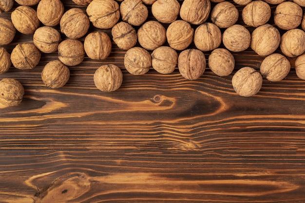 Twarda Skorupa Orzech Włoski Na Drewnianej Powierzchni Z Kopii Przestrzenią Darmowe Zdjęcia