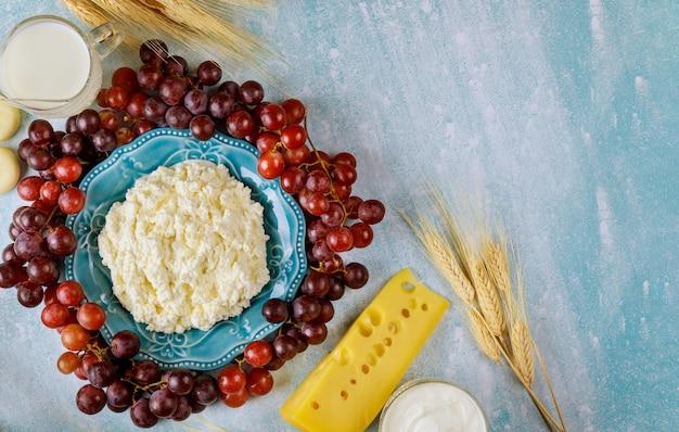 Twaróg, Mleko, Pszenica I Owoce Premium Zdjęcia