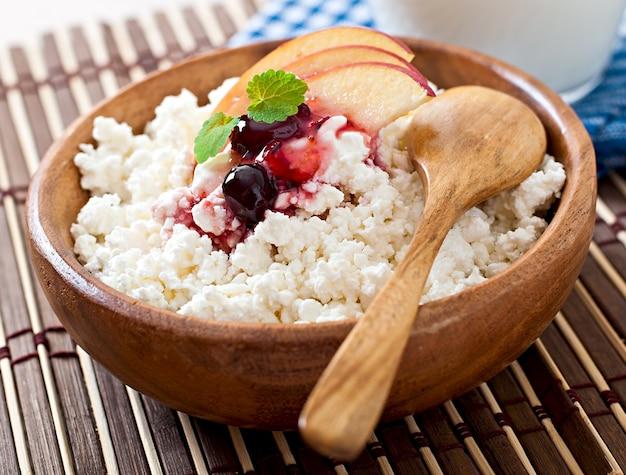 Twarożek Z Jabłkami I śmietaną Na śniadanie Z Bliska Premium Zdjęcia