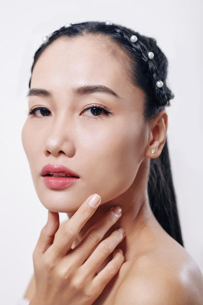 Twarz Młodej Atrakcyjnej Kobiety Azji Z Doskonałą Brodą Skintouching I Patrząc Z Przodu Premium Zdjęcia
