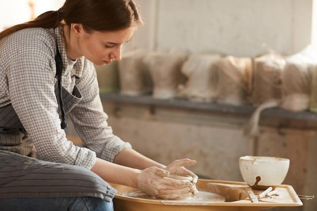 Tworzenie Ceramicznego Garnka W Warsztacie Premium Zdjęcia