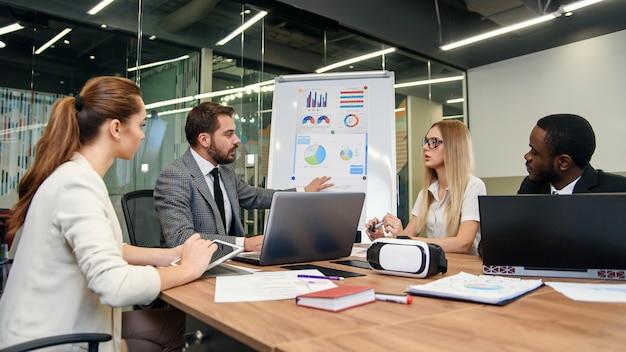 Tworzenie Przyszłej Strategii Rozwoju Dla Młodej Postępowej Firmy. Przyjemni Wysoko Wykwalifikowani Ludzie Biznesu, Którzy Omawiają Możliwości Uzyskania Lepszych Wyników Firmy. Premium Zdjęcia