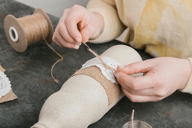 Tworzenie wstążki z bliska na piękny wazon Darmowe Zdjęcia