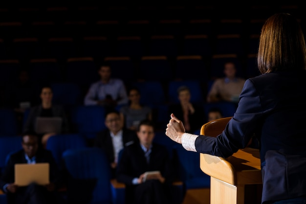 Tylni Widok Daje Dyrektorowi Przemówienie Kobieta Darmowe Zdjęcia