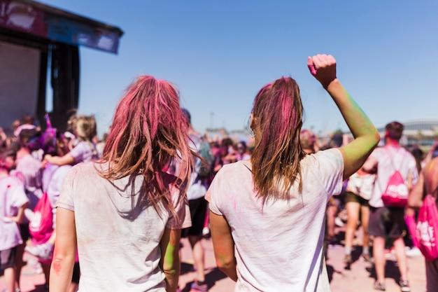 Tylni Widok Dwa Młodej Kobiety Taniec W Holi Festiwalu Darmowe Zdjęcia