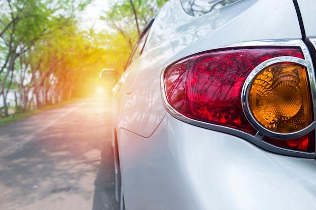 Tylny Lekki Samochód Na Zielonej Drodze Premium Zdjęcia