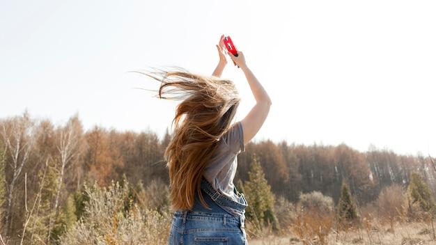 Tylny Widok Kobieta W Natury Mienia Tambourine Darmowe Zdjęcia