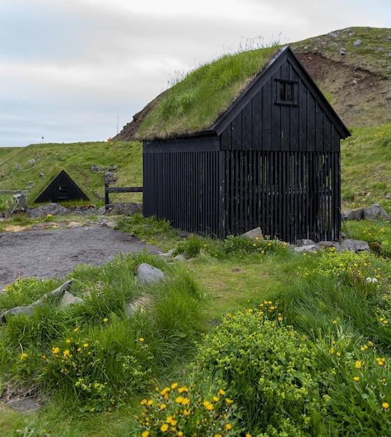 Typowa Islandzka Wioska Rybacka Z Domami Pokrytymi Trawą I Suszarniami Ryb Darmowe Zdjęcia