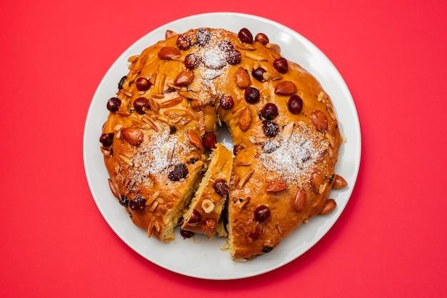 Typowe Portugalskie Ciasto Owocowe Bolo Rainha Na Białym Naczynia Premium Zdjęcia