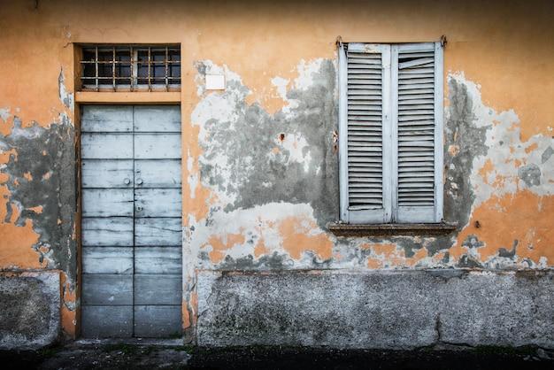 Typowe zabytkowe drewniane drzwi i okna Premium Zdjęcia