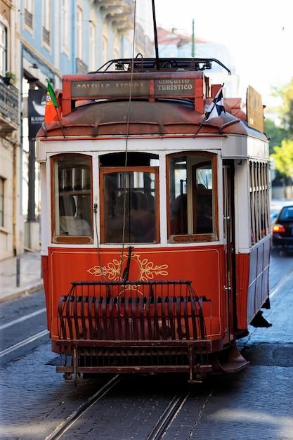 Typowy Czerwony Tramwaj W Starej Lizbońskiej Ulicy Darmowe Zdjęcia