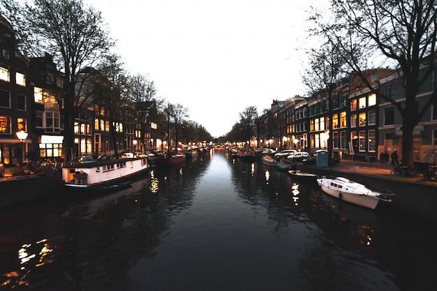 Typowy Kanał W Amsterdamie Z Budynkami Z Tyłu Premium Zdjęcia