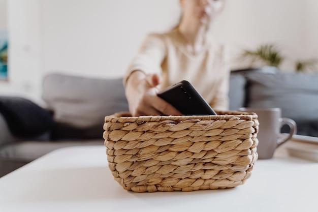 Tysiącletnia Dziewczyna W Domu Odmawia Korzystania Z Telefonu I Czytania Książki. Uzależnienie Od Mediów Społecznościowych. Strata Czasu. Odłączony. Pojęcie Zależności. Wysokiej Jakości Zdjęcie Premium Zdjęcia