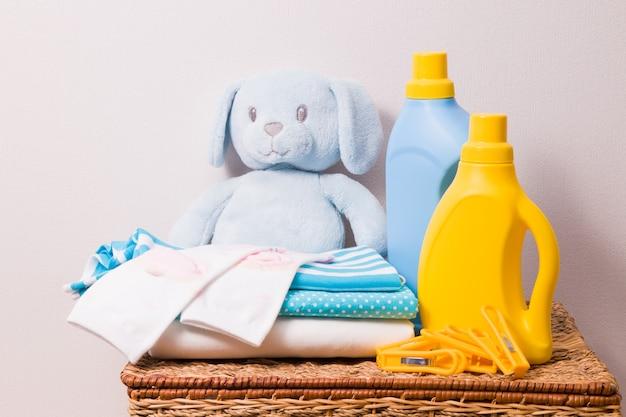 Ubrania I Detergenty Na Koszu Premium Zdjęcia