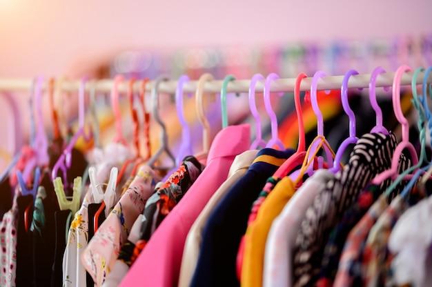 Ubrania Wiszące Na Wieszakach W Garderobie Premium Zdjęcia