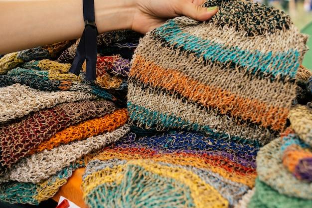 Ubrania Z Konopi. Kolorowe Czapki Konopne Na Rynku Premium Zdjęcia