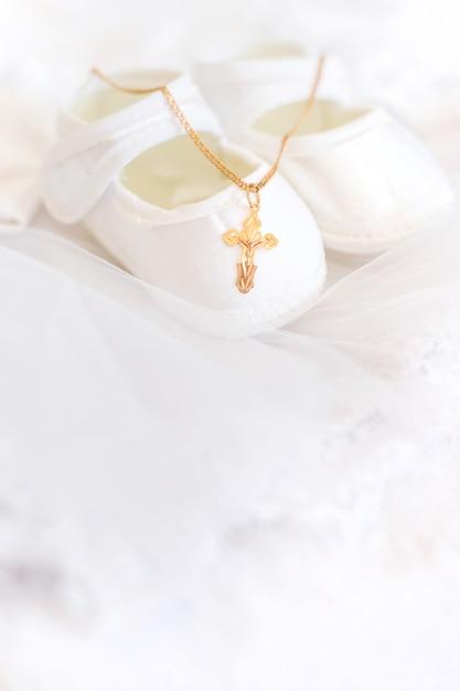 Ubranie I Krzyż Na Chrzciny Premium Zdjęcia