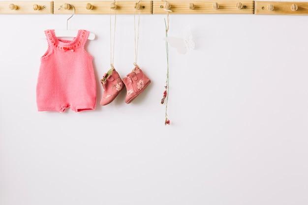 Ubranka Dla Dzieci Na Kołkach Premium Zdjęcia